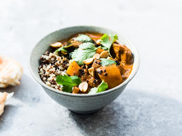Curry rouge de poulet, épinards et courge